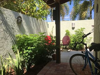 Lido Key Bungalow:  Walk to Beach and St. Armands Shops/Restaurants