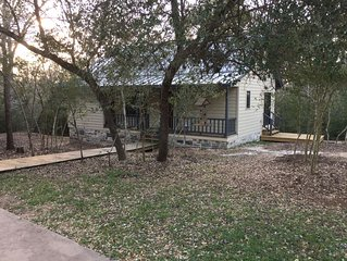 Hidden Oaks Cottage! Perfect for Antique Show, Girls or Couples Weekend, MS 150!