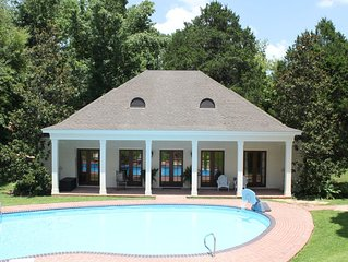 Getaway Guest House 1.5 miles from Ole Miss with a pool