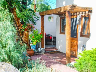 La Posada de Taos Casita, 2 block stroll to Plaza, Wifi, private patio and quiet