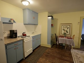 On Boulevard. Sleeps 4. Newly Renovated Apartment! Walk to downtown and stadium.