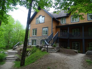 Cozy 2+2 condo for cpls/fams at foot of Tremblant, free-shttle+prk, trails+pools