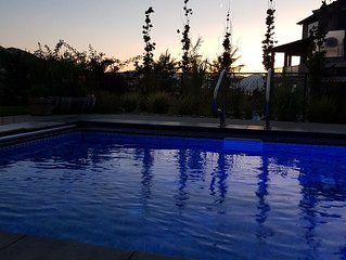 Okanagan Lifestyle!! 5bd/w Pool. Walk to wineries, minutes from the beach, golf,