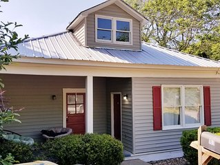 Restored 2BR home sleeping 6, less than 1 mile to Arch and Sanford Stadium