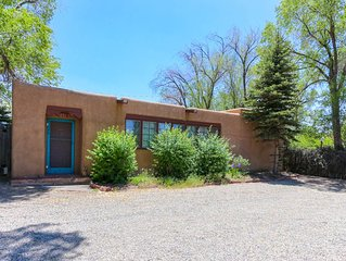 Artists Pueblo Style Home-Walking distance to Plaza