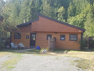 Pet and kids friendly, next to the Kaslo River, Downtown, large fenced yard