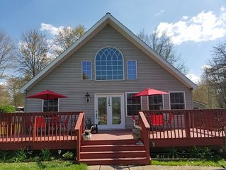 Pet friendly and charming chalet just 1/2 mile walk to Lake Pymatuning