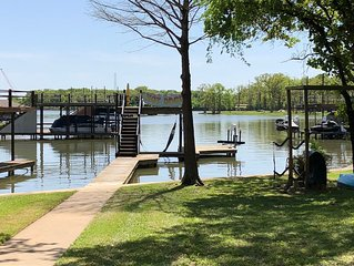 Beautiful & Clean 3 Bedroom Lake Front with Great Living Areas