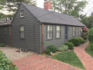 Gardner's Cottage - Charming Antique Cottage in Old Town Marblehead