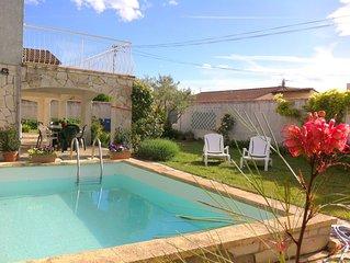 Ambiance typique de la camargue: soleil, calme, piscine profonde, indépendance