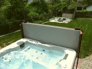 *$2198* Hot tub Firepit Bikes Large deck Bar Walk to Brewery Serene