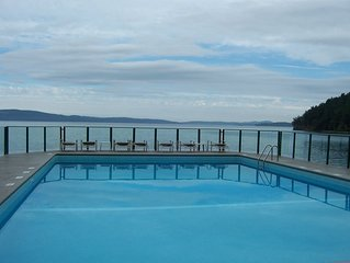 Stunning Waterfront Condo With Panoramic Ocean View