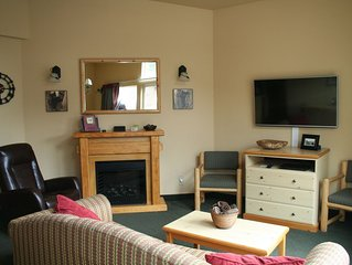 Icicle Village Resort, Luxury Queen Suite Condo. Just 1/2 mile from down town