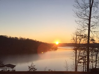 'Sunrise Serenity' Luxury Lake House Lake Barkley
