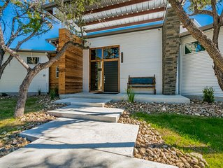 Unique Hill Country Retreat with pool in Dripping Springs near venues & wineries