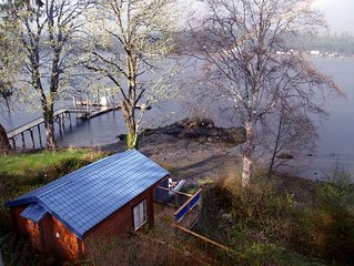 Cozy, romantic waterfront cabin. Sleeps 2, pet-friendly, walk to all amenities.