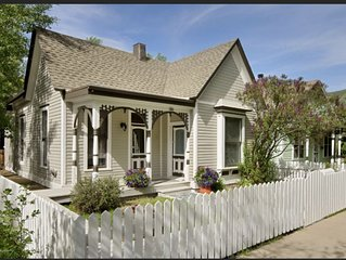 MAIN STREET VICTORIAN // WALK TO TOWN, WIFI, CABLE TV, JACUZZI TUB, GRILL, W/D