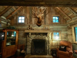 Creekfront Vintage Log Cabin- Dog Lovers Paradise!