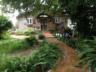 Romantic Cottage on the lake in downtown Mt Dora. BRING YOUR BOAT!!