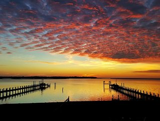 Waterfront & Pet Friendly~Kayak, Bikes, Beach Chairs~Fall Sunsets Now Discounted