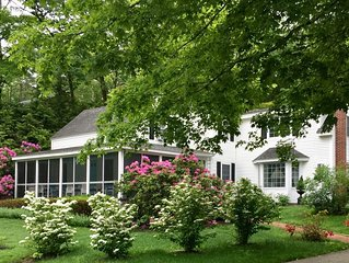 THE SIRENS SONG: RECENTLY RENOVATED UPSCALE FARMHOUSE. WALK TO TOWN & BEACH!