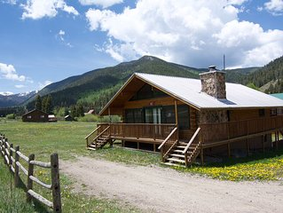 Red River UpperValley Cabin, Best Mtn views, wrap around deck & firepit