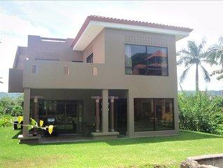 Hermosa Palms-luxury home close to pool