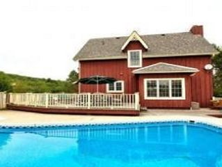 Family cottage with a heated pool, cable TV and WIFI