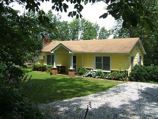 Buttercup Cottage, Historic Saluda, NC. Cozy Mountain Retreat