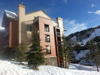 Ski-in/Ski-out VALUE! Comfortably sleeps 5-6! Right * the Gondola! HOTTUBS, POOL