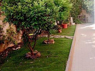 Appartamento  nuovo con giardino privato, parcheggio privato e wifi gratis.