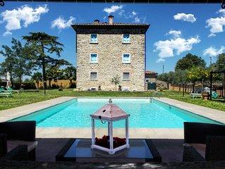 Villa padronale ad 1 km dal paese di Fratta e a 7 km dalla bella Cortona. Connes