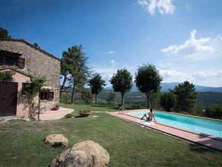 Antica casa in pietra con piscina privata situata in posizione collinare e panor