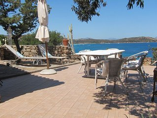 Water Front Villa and Private Guest Cottage, beach just 50 meters away!