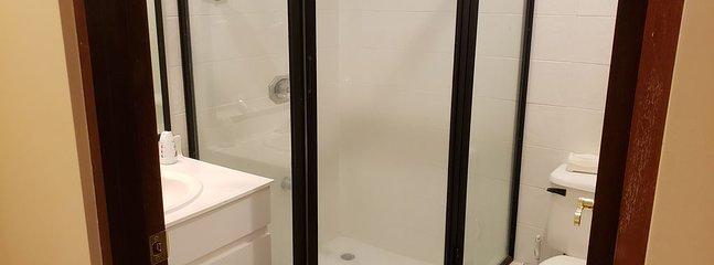 Salle de bain complète avec lits superposés