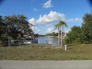 Caloosahatchee Boaters: Tropical Bungalow with Water View