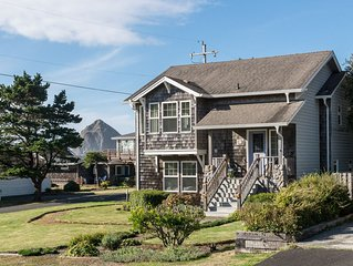 5 Star Home, 1 Block to Beach, Haystack Rock Views, 2 King Beds, Quiet Area