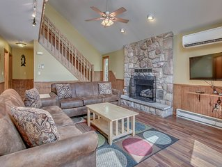 'Black Bear' Beautiful Mountain Chalet w/ Hot Tub, 500 Feet From Lake, Pool.