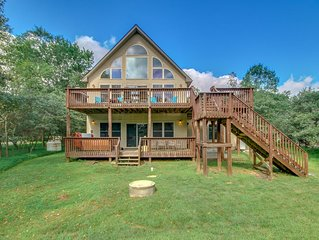 'Horizon' A Beautiful Home with a Lake View, Large Deck, Hot Tub & Pool Table