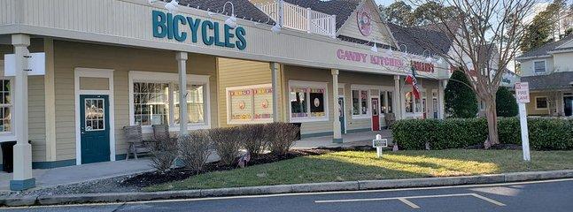 Vissa butiker på Sea Colony Marketplace och ja hjälmar att gå med cyklar