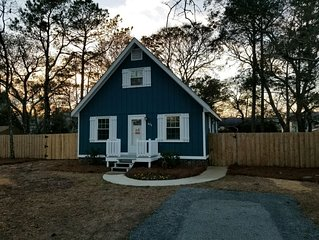 Blue Cottage: 2020 Renovations, Walk to Beach, Pet Friendly, Private Fence