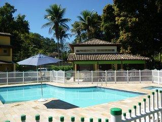 Casa com 2 suítes, churrasqueira e piscina em Cond. fechado