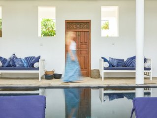 Beautiful house, gorgeous pool - stepping onto 365 days of surf beach in Sri La