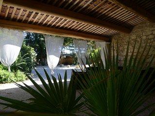Mas provençal rénové avec goût, sobriété et confort avec sa grande piscine