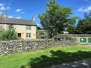 Characterful , pet friendly cottage ,sleeps 4 ,stunning views ,village location.