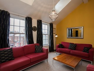 Spacious Penthouse Apt University Area sleeps 8 PARKING, WIFI, FAMILY FRIENDLY