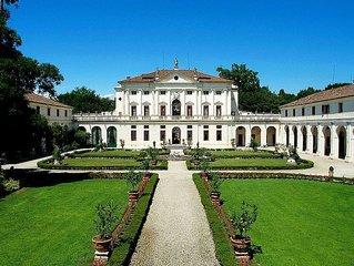 Villa Barchessa: Un elegante appartamento su due piani che fa parte di una villa