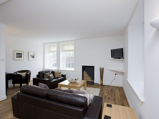 Three bedroom apartment in central Peebles with private parking