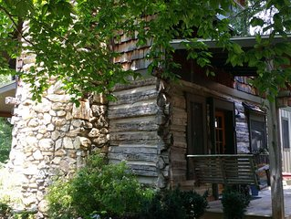 Cozy Backyard Log Cabin/ Great Sunsets/10 min North of Asheville/easy access
