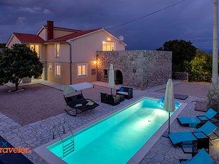 Luxus-Villa mit Pool, grosse Terasse,Kinderspielplatz und schone Garten